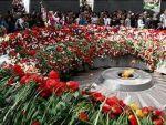Еще с самого утра началось восхождение гостей и жителей столицы Армении к «Цицернакаберду» — мемориалу жертв- армян, пострадавших от Геноцида