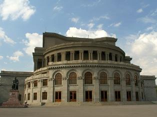 Актеры Оперного театра объявили забастовку , сорвав представление оперы « Ануш»