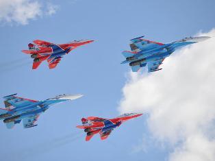 «Стрижи» - авиационная группа высшего пилотажа России в небе над столицей Армении продемонстрирует свое мастерство