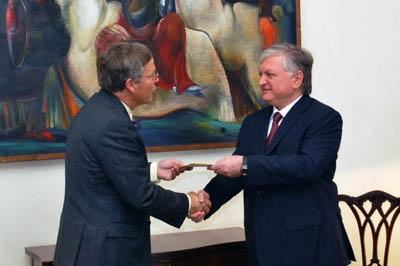 Посол Белоруссии встретился с главой МИД Армении